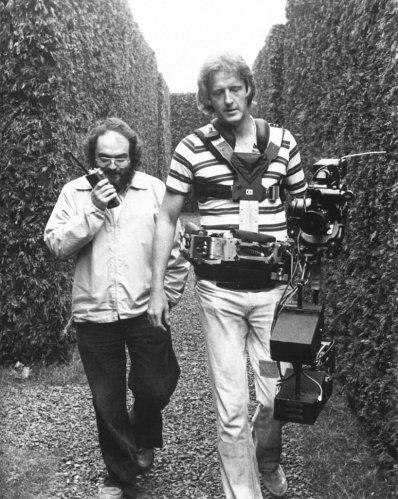 استنلی کوبریک (چپ)، به همراه گرت براون (مسئول استدیکم) پشتصحنه فیلم درخشش (1980)