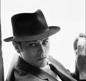 آلن دلون در «ساموایی» (1967) به کارگردانی ژان-پیر ملویل ، دلون علاوه بر این فیلم در دو فیلم دیگر ملویل به نامهای «دایره سرخ» (1970) و «یک پلیس» (1972) نیز بازی کرد.