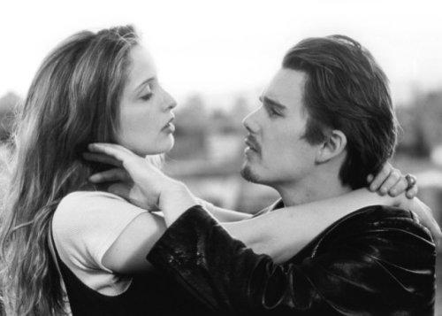 ایتن هاوک و جولی دلپی در نمایی از قبل از طلوع (1995)
