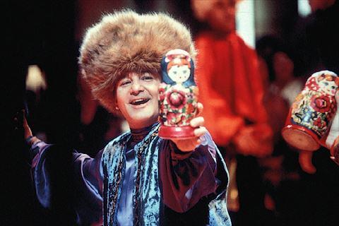 بمب داخل این عروسک ماتروشکا مخفی شده و والاس بیخبر از همهجا مشغول رقص روسی با آن است!