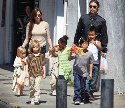 برد پیت و انجلینا جولی و شش فرزندشان : از چپ به راست: ویوین، شیلو، ناکْس، زهارا، پکس و مداکس