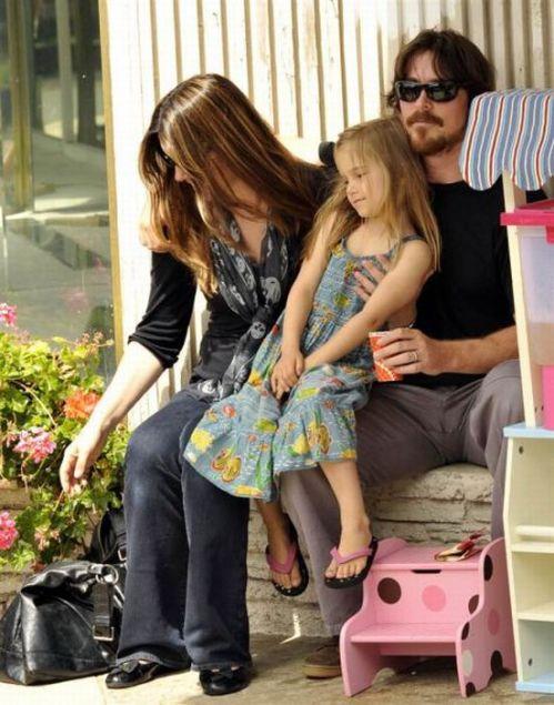 کریسچن بیل و همسرش سیبی و دخترشان امیلین