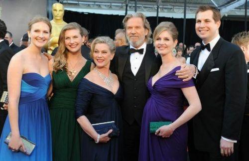 جف بریجز  ودختراناش جسیکا و هیلی و ایزابل و همسرش سوزان