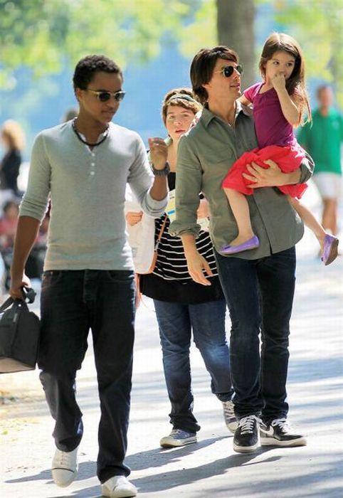تام کروز بههمراه پسرخواندهاش کانر، دخترخواندهاش ایزابلا و دخترش سوری (در بغلاش)