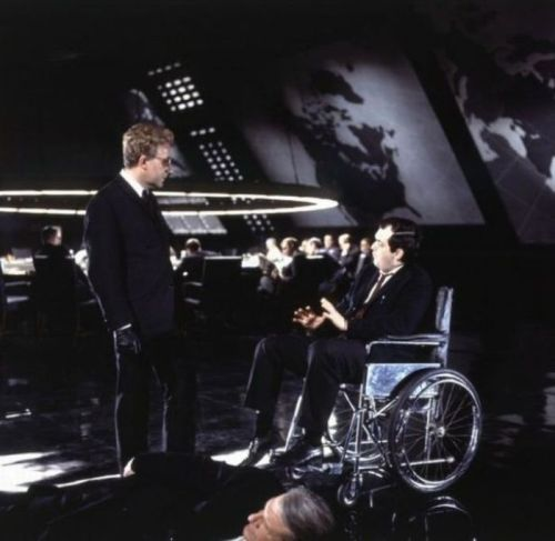 دکتر استرنجلا، استنلی کوبریک دارد به پیتر سلرز برای ایفای نقش بهتر کمک میکند