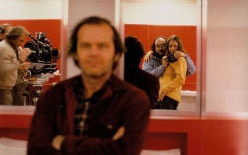 درخشش، استنلی کوبریک با دخترش عکس میاندازد، جک نیکلسن و عوامل در کنار دیده میشوند