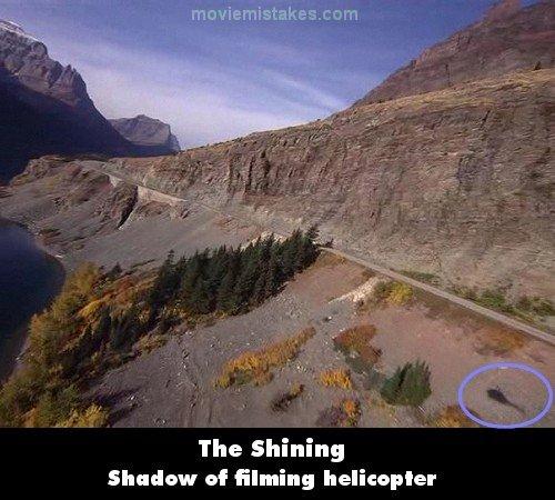 سایهی هلیکوپتر در گوشهی پایین و سمت راست دیده میشود