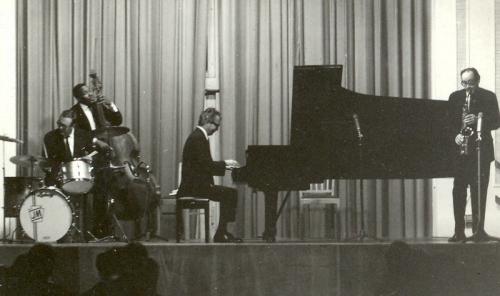 گروه کوارتت دیو بروبک در سالن کنگره فرانکفورت در سال 1967، از راست به چپ، پل دزموند، دیو بروبک ، یوجین رایت، و جو مورلو